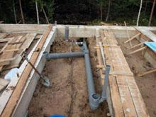 При устройстве в индивидуальном жилом доме канализации своими руками, следует учитывать, что горизонтальные трубы