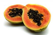 Плод папайи овальной формы, длинной 30 сантиметров