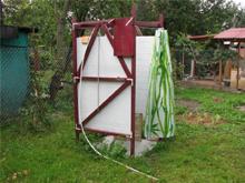Летний душ с подведенной к нему проточной водой, без специального резервуара.