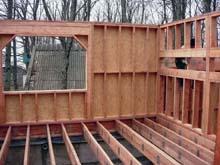 Для сборки стен нужно подготовить ровную и сухую поверхность