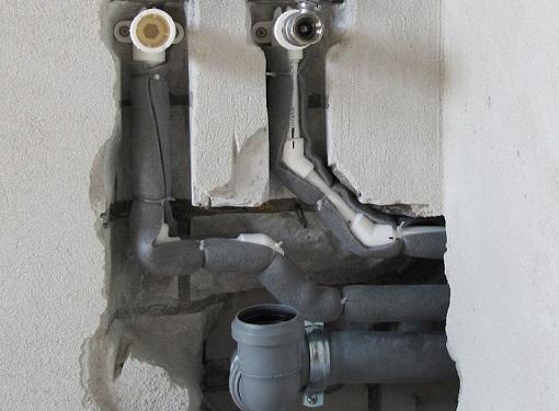 Прокладка канализации в стене