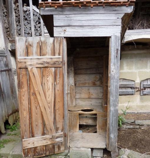 kak-pravilno-postroit-derevyannyj-tualet-na-dache