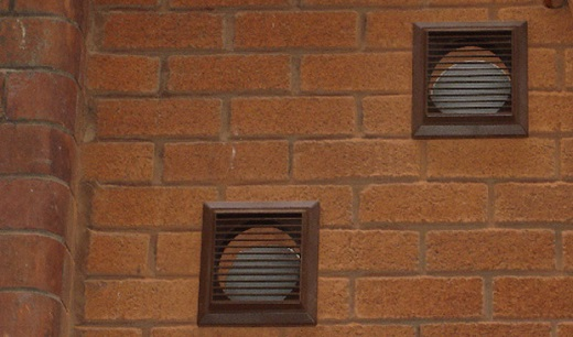 Вентиляционные окошки (закрытые решетками)