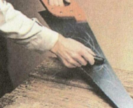 Пилить свежую или сырую древесину станет легче, если полотно пилы смазать воском или мылом.