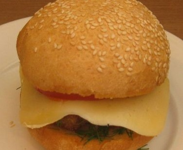 burger-s-frikadelkami-i-pomidorom