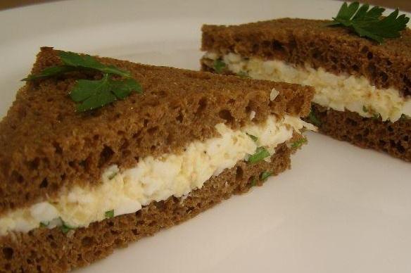tosty-s-yaichnym-salatom