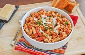 makarony-spiralki-s-pomidorami-i-mocarelloj
