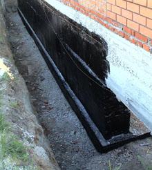 Начинать думать о том, какая гидроизоляция дома будет у вас еще на самом начальном этапе строительства