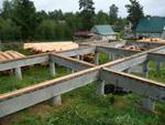 Столбчатые фундаменты возводят в основном под дома без подвалов с легкими стенами