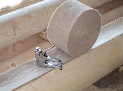 Установка уплотнителя на брус с помощью степлера