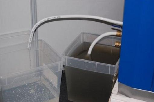 Данная иллюстрация подтверждает безупречную работу установки по обеззараживанию воды. В одной из емкостей находится грязная канализационная вода, в другой — уже очищенная методом кавитации