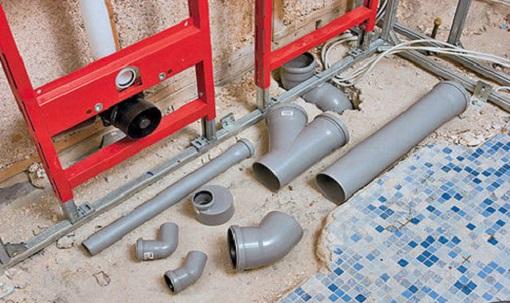 Для монтажа канализации обычно используют трубы из пластика, так как они обладают такими преимуществами как долговечность, легкость, стойкость к коррозии и простота сборки.