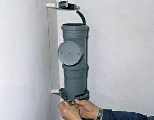 Для фиксации канализационных труб используют крепежный хомут, который устанавливают в местах соединения труб под муфтой.