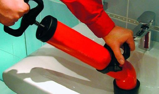 Первым делом можно попробовать прочистить засор используя раствор теплой воды с содой, если это не помогло, можно смело приступать к механической чистке.