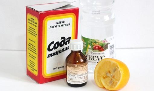 Обычная пищевая сода позволяет создать в трубах щелочную среду, растворяет засоры и дезинфицирует трубопровод изнутри. Ее применяют также в сочетании с уксусом, солью и другими веществами