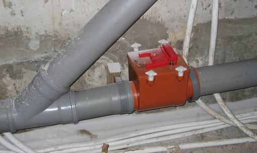 Обратный клапан, смонтированный на канализационной трубе
