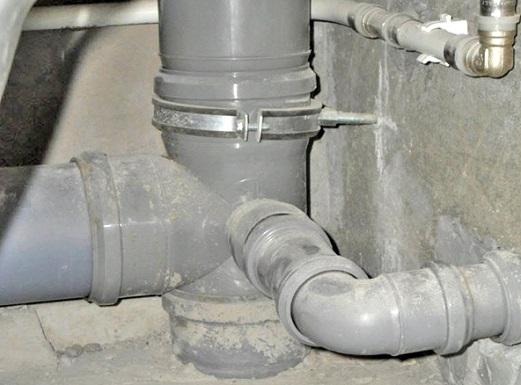 pochemu-v-vannoj-paxnet-kanalizaciej-1