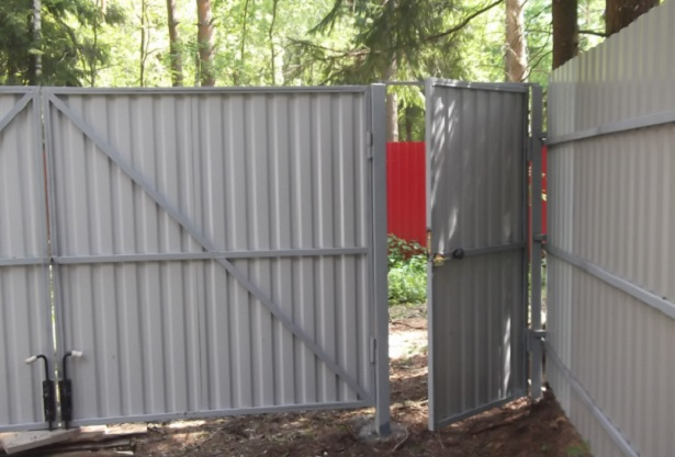 Как сделать калитку в заборе из профнастила?