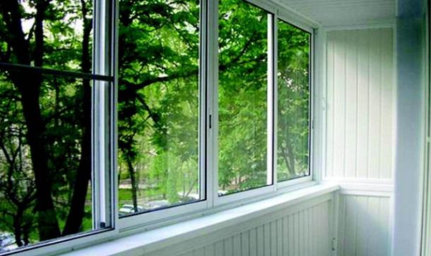 osteklenie-balkonov-i-lodzhij-plastikovymi-oknami