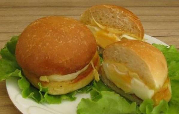mini-burgery-s-zapechennym-yajcom