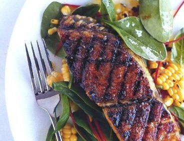 zharenaya-ryba-i-salat-s-kukuruzoj