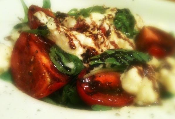recept-salata-s-mocarelloj-kornom-tomatami-cherri