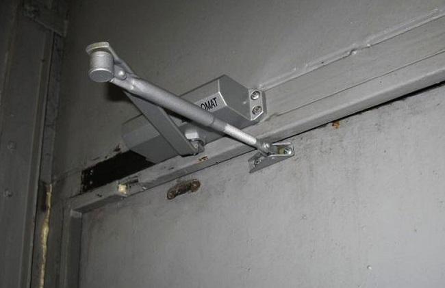 Как настроить дверной доводчик?