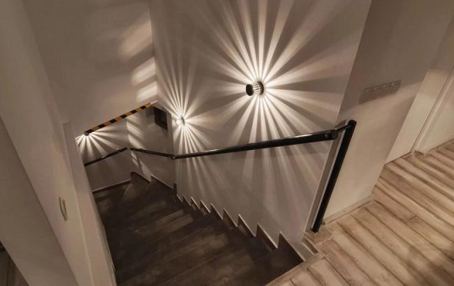 Автоматическая подсветка ступеней умной лестницы в частном доме