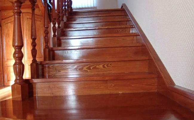 Как и чем можно покрасить деревянную лестницу?