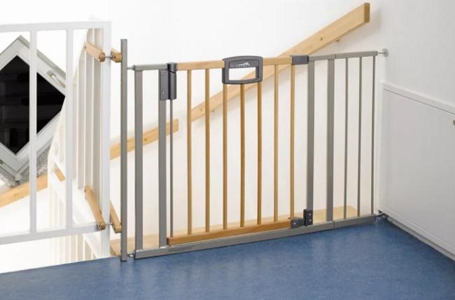 Как обезопасить лестницу для ребенка?