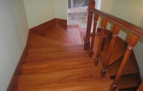 Технология покраски деревянной лестницы в доме на второй этаж