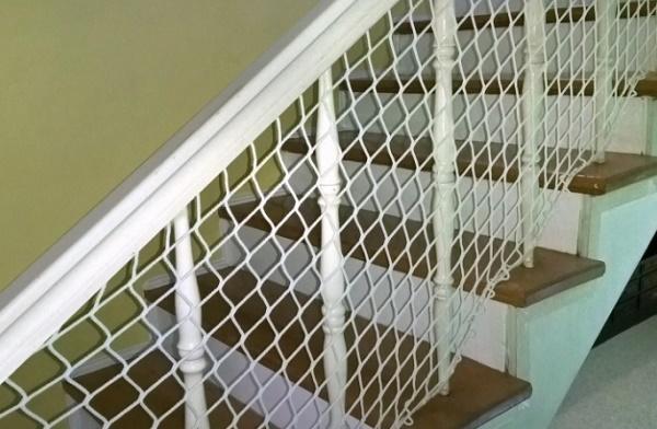 Как оградить ребенка от лестницы?