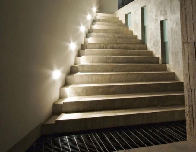 Освещение лестницы с помощью подсветки ступеней