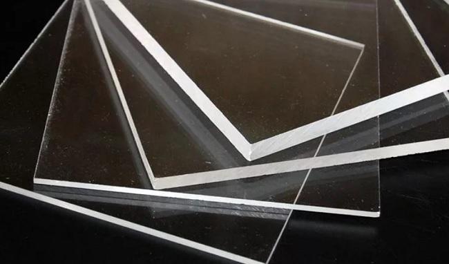 Чем отличается оргстекло от монолитного поликарбоната?