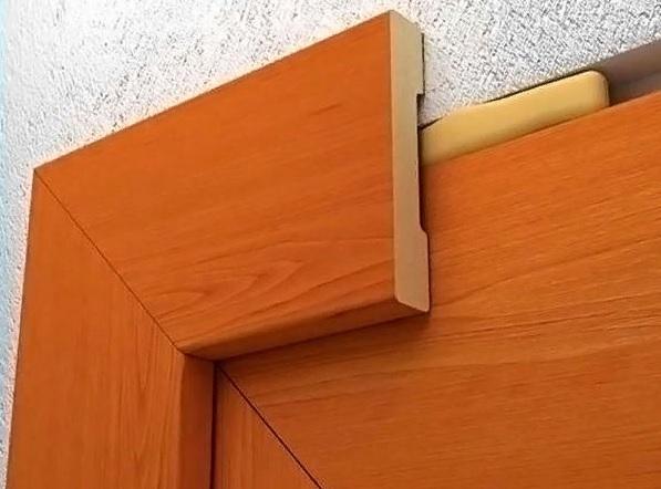 На что приклеить обналичку на двери