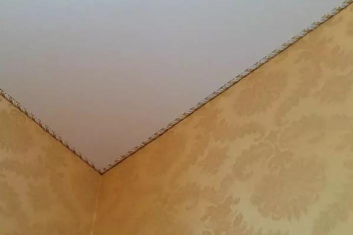 Чем можно заменить потолочный плинтус?