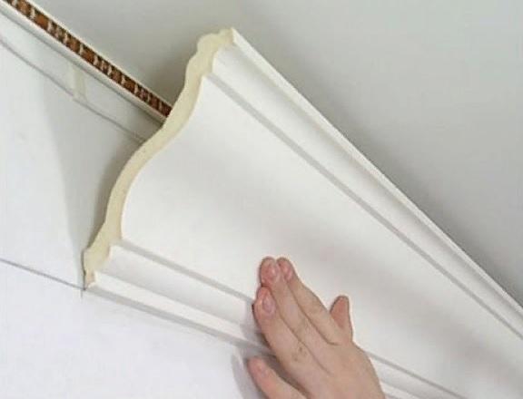 Чем заделать щели на потолочном плинтусе?