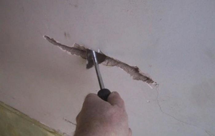 Как заделать трещину на потолке из гипсокартона?