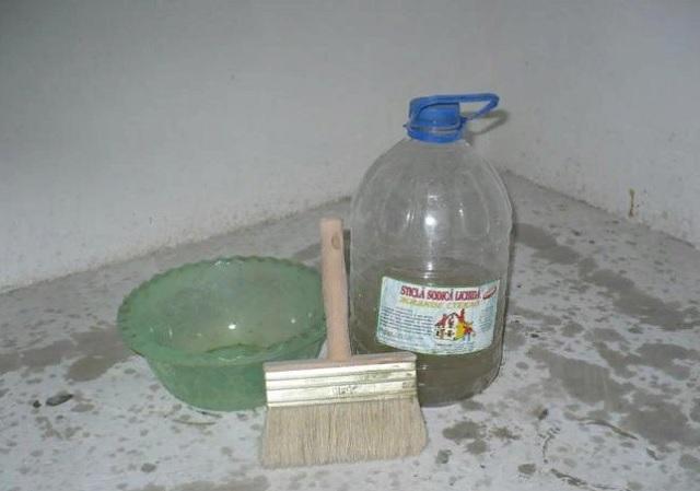 Как наносить жидкое стекло на стяжку?