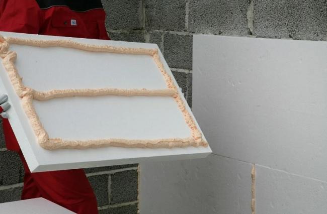 На что приклеить утеплитель к стене?